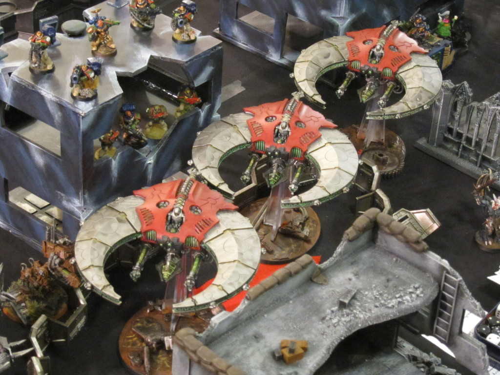 Maynarkh Doom Scythes make a high speed formation strafing run through the occupied city ruins.
