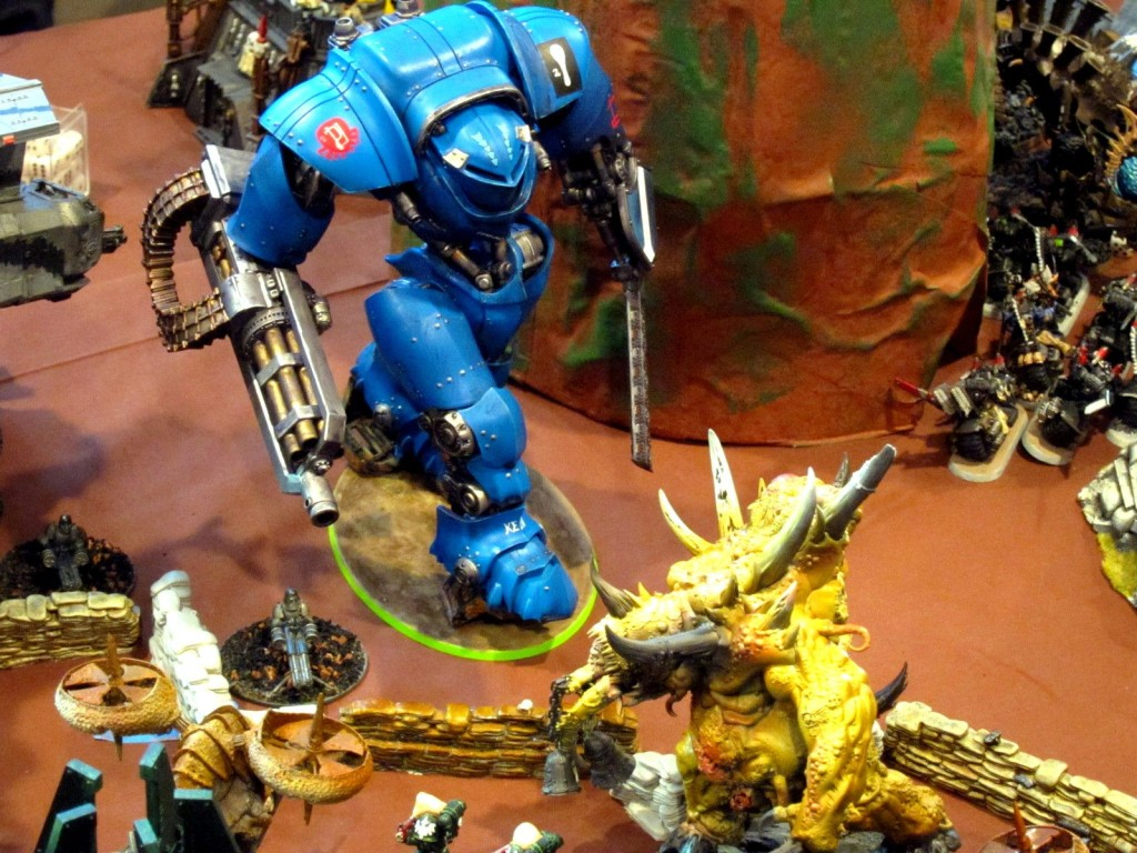 A Knight Castigator marches toward deadly combat with rotted Scabeiathrax.
